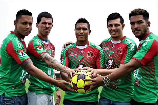 De izquierda a derecha: Luis Diego Sequeira, Ariel Soto, Pedro Leal, Luis Carlos Zamora y Hansell Arauz estamparon firma con Carmelita.