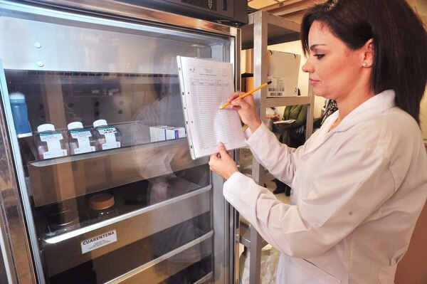 Marlen Herrera, jefa del Banco Nacional de Tejidos, examina las reservas de piel y membrana amniótica.