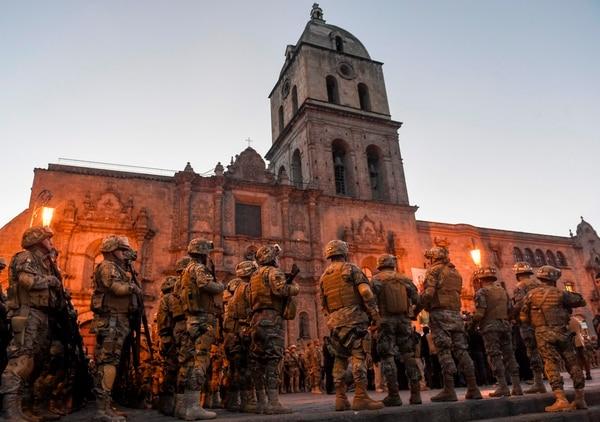 Decenas de soldados bolivianos han sido desplegados para patrullar las calles en La Paz el 16 de enero de 2020. (Photo by AIZAR RALDES / AFP)