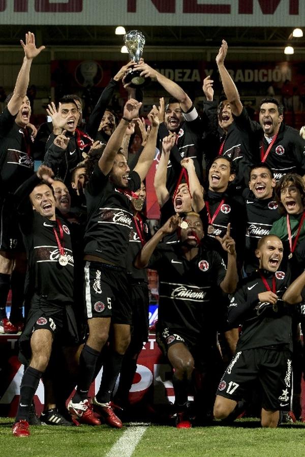 Los jugadores del Tijuana celebraron ayer haber alcanzado el primer título de campeones en la máxima categoría del futbol mexicano. | AFP.