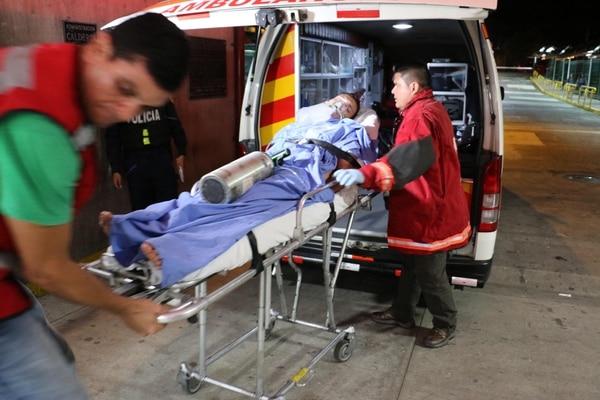 El hombre fue traslado al Hospital de Guápiles en condición delicada.