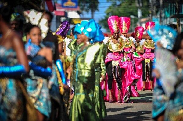 El colorido en el Grand Parade se puede disfrutar gracias a los diversos atuendos que presentan los grupos. Foto: Gabriela Tellez/Archivo.