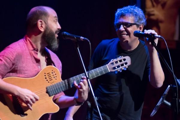El costarricense Bernardo Quesada acompañó en escenario a Pedro Guerra para interpretar el tema 'Tareas', que grabaron en conjunto.