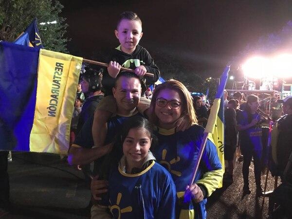 Luana Fonseca llegó bien temprano en compañía de su esposo, Gustavo Rojas y sus dos hijos. Foto: Rocío Sandí