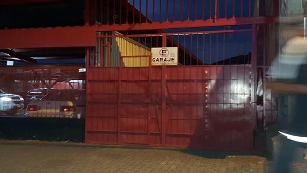 El portón de la casa cural de la Catedral Metropolitana quedó dañado luego de que el sacerdote intentara ingresar a la fuerza para huir de unos taxistas que lo perseguían. | FRANCISCO BARRANTES.