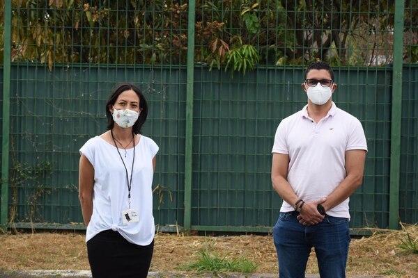 La rescatista Julia Rojas junto a Daniel Salas. El Ministro de Salud y su esposa Vivian Calvo apoyaron la feria de adopción de Catrix en el marco del Día Internacional del Gato. Foto: Catrix para LN