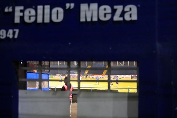 l Club Sport Cartaginés recibió a la Liga Deportiva Alajuelense, en partido de la jornada 16 de la Copa Promérica, Clausura 2020. Ambos equipos se enfrentaron a puerta cerrada, luego de dos meses sin partidos por la amenaza del nuevo coronavirus y cumpliendo estricto protocolo sanitario. Desde algunos pequeños boquetes, en el portón de accesso en la esquina noreste, se pudo apreciar parte del ambiente dentro de la cancha y alrededores. Foto: Rafael Pacheco