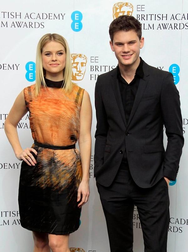 Jeremy Irvine posó con su colega Alice Eve en una entrega de premios el año anterior. El actor no reveló cuántos kilogramos perdió en su dieta reciente, pero sí dijo que fueron más de diez kilos. Foto: AFP