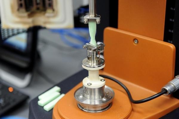 Se utilizaron diversos equipos de Lanotec para realizar pruebas al material. Por ejemplo, aquí se está midiendo la resistencia del Biofoam. | MELISSA FERNÁNDEZ