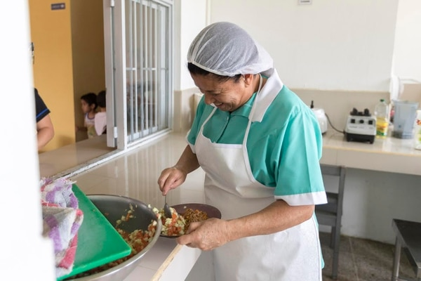 Leda Ramírez sirve el almuerzo en el Cen-Cinái de Curridabat