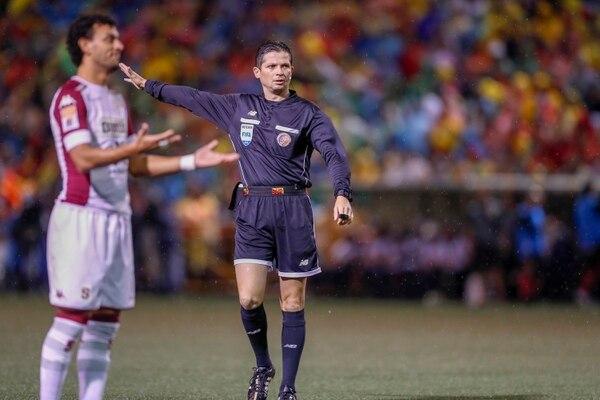 Henry Bejarano dirigió el primer partido de la final entre Herediano y Saprissa. Fotografía José Cordero