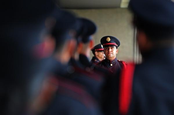 La Dirección de Protocolo de la Cancillería se basó en los uniformes de gala de varias policías del mundo para diseñar la nueva vestimenta de la Guardia de Honor de la Fuerza Pública. Los oficiales no están armados en estas ceremonias y cumplen una función meramente protocolaria.   ALBERT MARÍN
