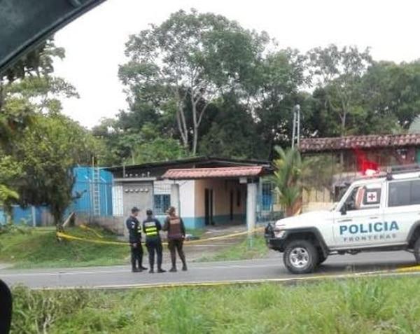 Oficiales de la Fuerza Pública custodian las cabinas donde se registró el doble crimen de dos hombres. Foto: Cortesía para LN