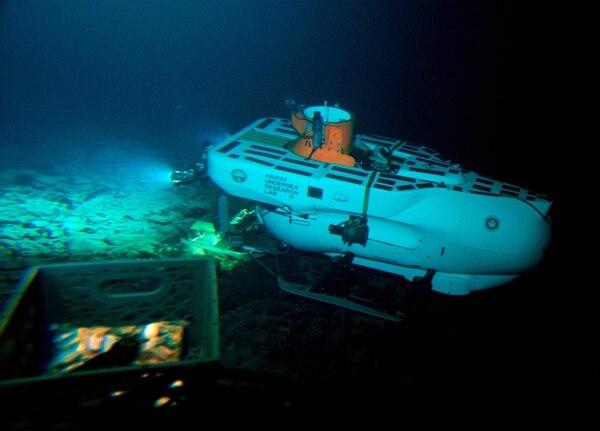 El submarino Pisces V se sitúa en la cima del Cook durante la primera expedición que se hizo a este volcán en una nave tripulada.