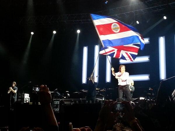 Paul McCartney ondeó la bandera de Costa Rica junto a la del Reino Unido. Fotografía: Arturo Pardo.