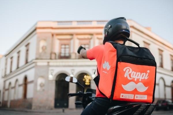 Rappi es una empresa de capital colombiano que opera en nueve países de América Latina. Los repartidores de esta plataforma utilizan bolsos colo naranja. Fotografía: Cortesía de Rappi Costa Rica.