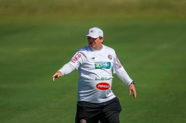 Así se veía Óscar Ramírez en el 2003, cuando asistió a Hernán Medford en la dirección técnica de Saprissa. Y 13 años después, él entrenador asumió el banquillo de la Tricolor Mayor. | FOTOS DE ARCHIVO