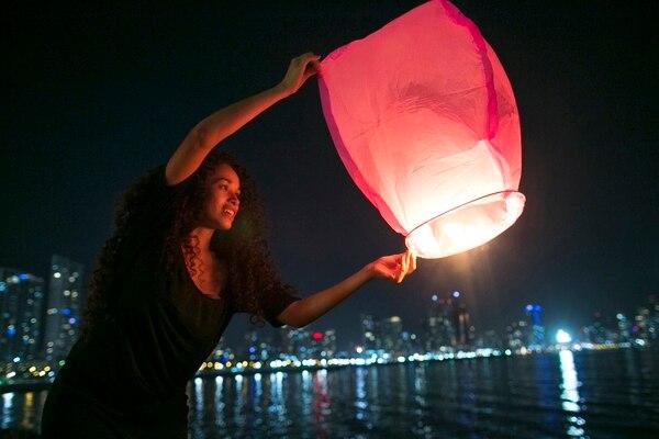 Clara Tristán liberó un globo luminoso en la bahía de la ciudad de Panamá -el 19 de diciembre del 2014- como parte de un acto en memoria de las víctimas de la invasión de Estados Unidos en 1989.