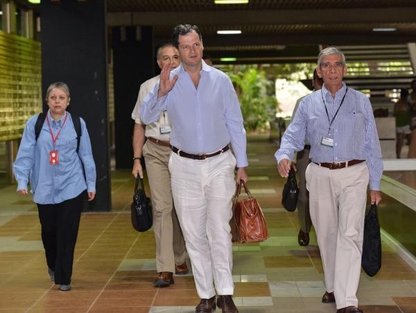 Miembros de la delegación del Gobierno que participan en las conversaciones de paz con la guerrilla de las FARC llegaron ayer al palacio de Convenciones de La Habana. | AFP