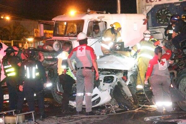La vía estuvo cerrada por más de cuatro horas, pues el carro que conducía el fiscal quedó destrozado en medio de dos tráileres. Foto: Reiner Montero.
