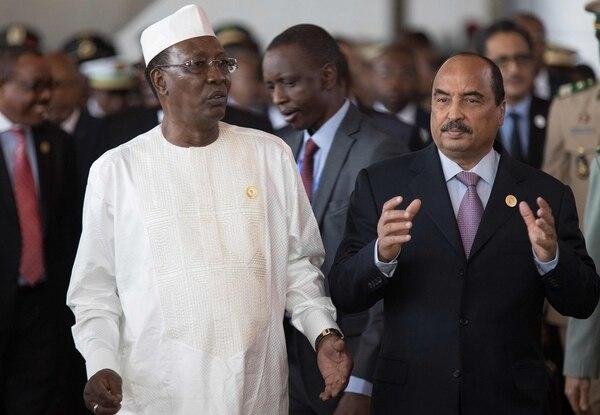 Los mandatarios africanos Idriss Deby (izq.) y Mohamed Ould este lunes en la cumbre de la Unión Africana.