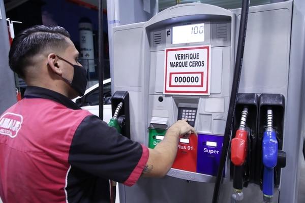 El aumento de la gasolina en abril fue el más importante para los consumidores por el monto del aumento, de 7,56%, así como por la importancia de este gasto en el consumo de los hogares. Fotografia: John Durán