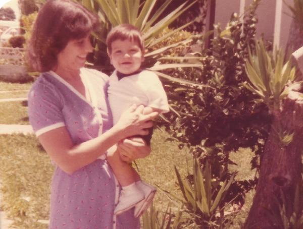 Carlos Alvarado con 11 meses en brazos de su mamá, Adelia Quesada, en las afueras de su casa en Pavas.