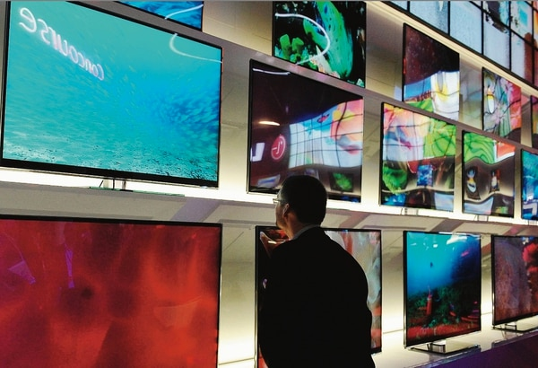Un visitante en el 2010 en la Consumer Electronic Show de Las Vegas donde se lanzan cada año televisores de última generación