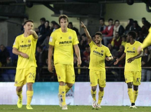 Joel Campbell (der.) celebra el gol del mexicano Giovani Dos Santos para el Villarreal ante Celta de Vigo.
