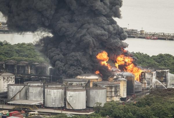 El fuego inició en tanques de combustibles y químicos de la empresa Ultracargo, del Grupo Ultra