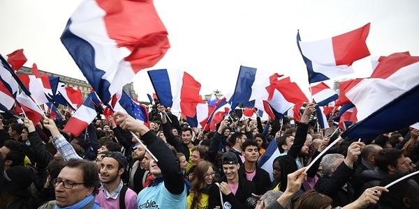 Partidarios de Emmanuel Macron celebrando el triunfo en las afueras del Louvre