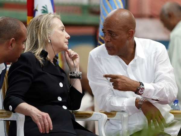 La secretaria de Estado de EE. UU., Hillary Clinton, conversó hoy con el presidente haitiano Michel Martelly durante la inauguración del parque industrial.   AFP