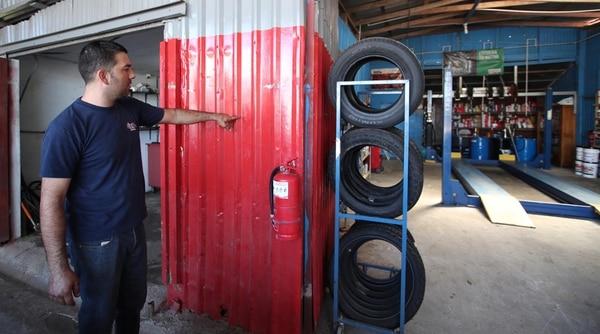 Maikol Arias, del lubricentro Los Pata, muestra a qué altura llegó en agua. Dice que del Gobierno solo ha recibido promesas. | GRACIELA SOLIS