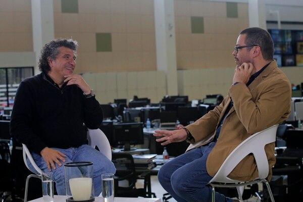 Giancarlo Guerrero, director de orquesta costarricense, en 'Diálogos' junto al periodista Víctor Fernández, jefe de información de Entretenimiento de 'La Nación'. Foto: Mayela López