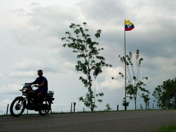 Un hombre elpasado 12 de noviembre en un camino entre Corinto y Caloto, departamento de Cauca, cerca de una bandera con la insignia de las FARC. | AFP.