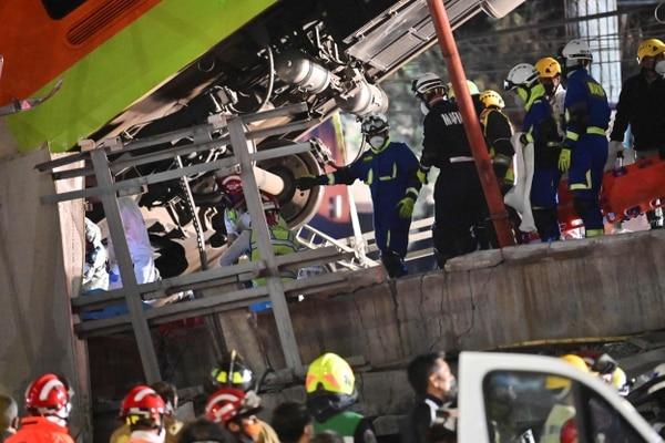 Los rescatistas se reúnen en el lugar de un accidente de tren luego de que una línea elevada del metro colapsara en la Ciudad de México el 4 de mayo del 2021. Foto: AFP