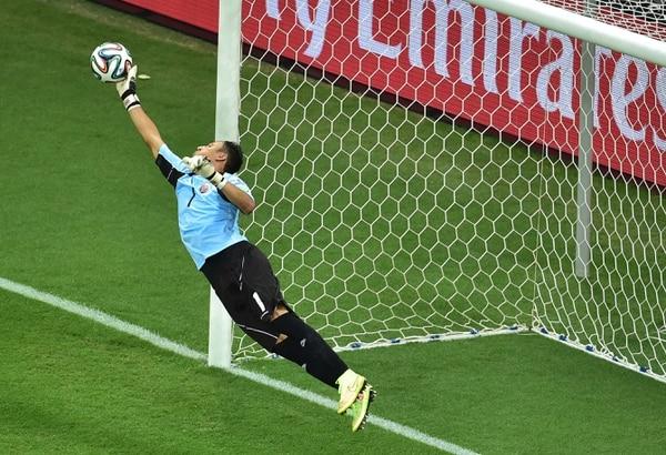 Keylor Navas fue figura de Costa Rica ante Holanda en los cuartos de final, en la imagen le detiene un remate a Arjen Robben. Fotografía: AFP