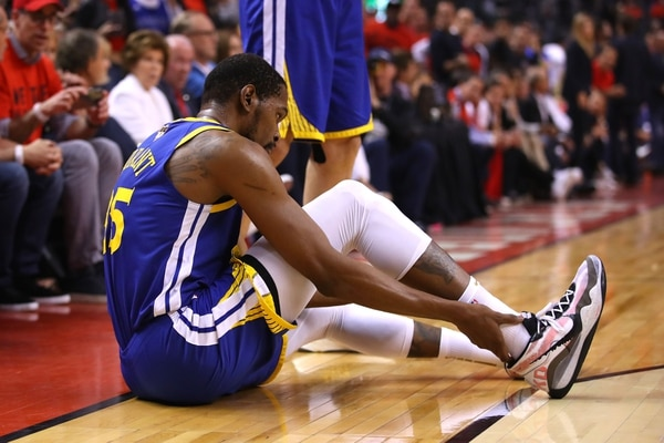 Kevin Durant se lamenta de la lesión que lo sacó de la final de la NBA, (Photo by Gregory Shamus / GETTY IMAGES NORTH AMERICA / AFP)