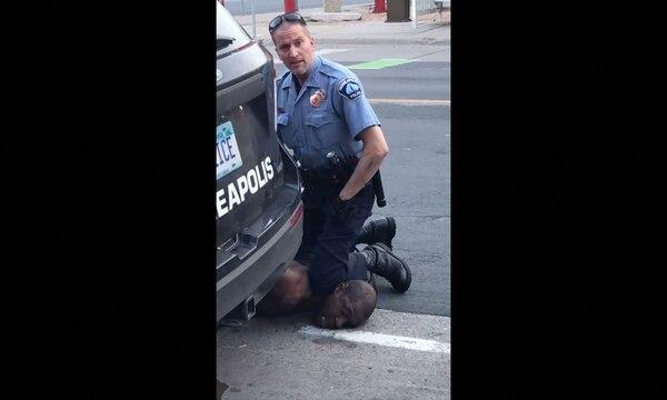 Esta captura de video muestra al oficial Derek Chauvin arrestando a George Floyd, en Minneapolis, Minnesota, el 25 de mayo del 2020. Foto: AFP