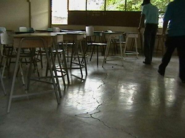 El liceo de Cañas sufrió grietas en el piso. | JULIO SEGURA
