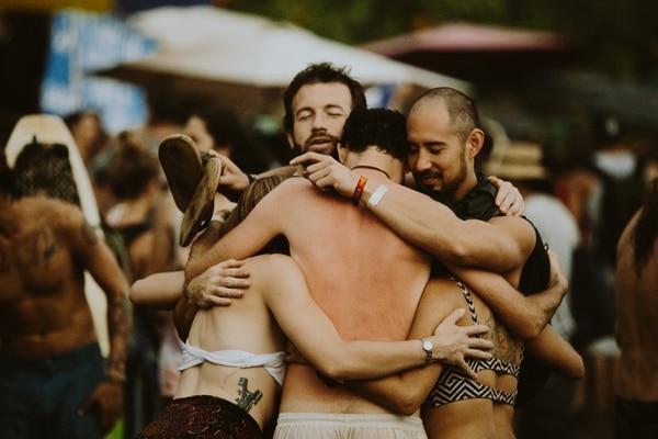 Cercanía. El Festival Envision da pie a que grupos de amigos compartan tiempo juntos y se expresen cariño. Ver a tres personas agredeciéndose la compañía es una escena común en el festival. Cortesía de Festival Envision/Brittany No Fomo