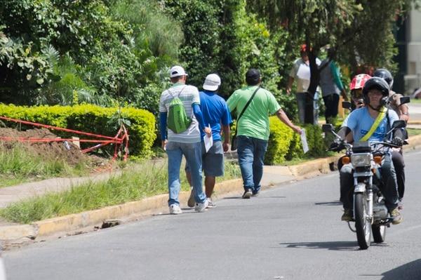 Los revendedores hacen su negocio a las afueras del Estadio Nacional, previo al juego entre Costa Rica y México.