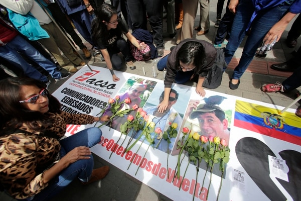 En Quito, Ecuador, ciudadanos rinden homenaje a los tres integrantes del equipo periodístico del diario El Comercio, quienes fueron asesinados, tras ser secuestrados por disidentes de las FARC. Foto: AP