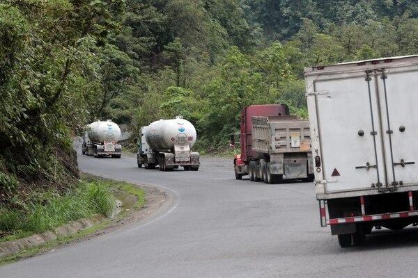 Los trabajos de demarcación en la ruta 32 se aplicarán con una pintura termoplástica, la cual tiene una mayor durabilidad. Foto: Alonso Tenorio