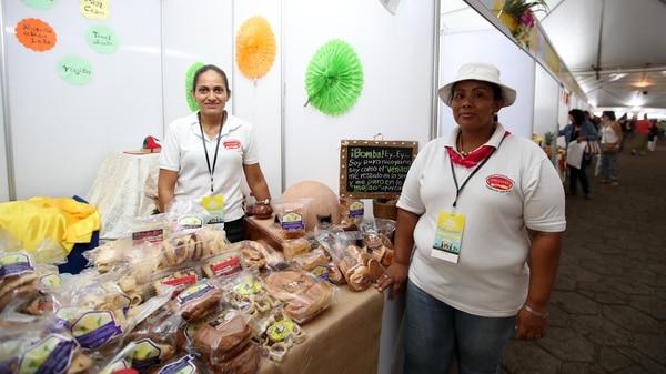 Johana Barrientos (izquierda) y Jacqueline Gómez ofrecieron desde Nicoya las tanalas, rosquillas y otras presentaciones de maíz tradicionales de Guanacaste. Fotografia: Graciela Solis