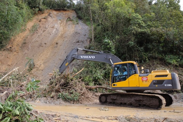 En la localidad conocida como La Cangreja, sobre la Interamericana Sur, maquinaria remueve parte del material que cayó sobre esa vía