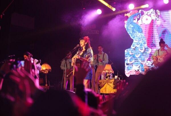 Mon Laferte puso a cantar por dos horas al público tico. El rock, el folk y la canción latinoamericana tuvieron una gran noche en manos de la chilena y su banda. Foto: Jeffrey Zamora