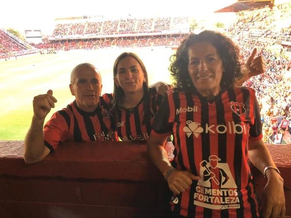 La familia de Bernald Alfaro siempre va a los partidos de la Liga. En la fotografía aparecen su papá, don Gerardo, su hermana Marianela y su mamá, doña Ana Lorena. Fotografía: Cortesía Marianela Alfaro
