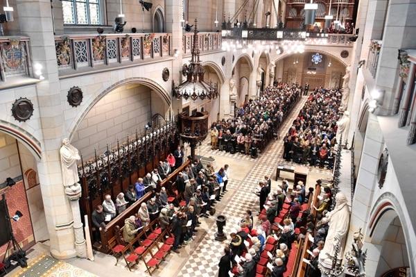 Feligreses e invitados asisten a la misa de celebración, en la iglesia de Todos los Santos o iglesia del Castillo, de los 500 años de la Reforma lanzada por Martín Lutero, en Wittenberg, Alemania.
