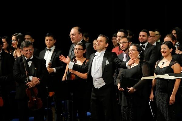 El director Alejandro Gutiérrez recibió los sonoros aplausos por el repertorio junto a la Orquesta Sinfónica de la UCR. FOTO: MAYELA LÓPEZ.
